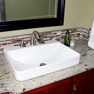 Идея дизайна: туалет среднего размера в классическом стиле с темными деревянными фасадами, разноцветной плиткой, плиткой из сланца, полом из керамической плитки, врезной раковиной, столешницей из искусственного камня, бежевым полом, фасадами в стиле шейкер и зелеными стенами