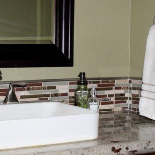 Неиссякаемый источник вдохновения для домашнего уюта: туалет среднего размера в классическом стиле с фасадами в стиле шейкер, темными деревянными фасадами, разноцветной плиткой, плиткой из сланца, полом из керамической плитки, врезной раковиной, столешницей из искусственного камня, бежевым полом и зелеными стенами