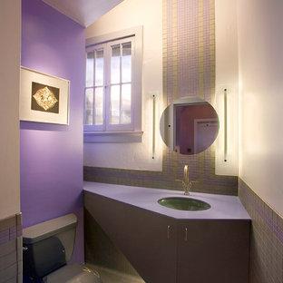 Cette photo montre un WC et toilettes tendance avec un lavabo encastré, des portes de placard grises, un carrelage gris, carrelage en mosaïque et un plan de toilette violet.