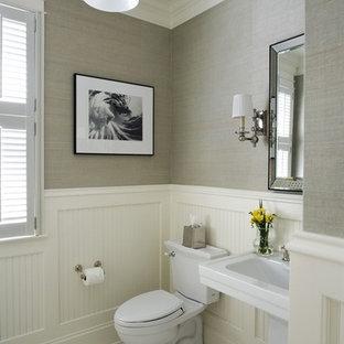 Cette photo montre un WC et toilettes chic de taille moyenne avec un WC séparé, un carrelage noir et blanc, un mur beige, un sol en carrelage de céramique et un lavabo de ferme.