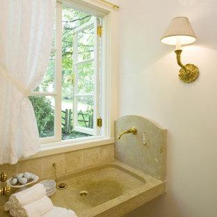 Immagine di un piccolo bagno di servizio chic con lavabo integrato, WC monopezzo, piastrelle beige, pareti bianche, piastrelle di pietra calcarea, top in pietra calcarea e pavimento in pietra calcarea