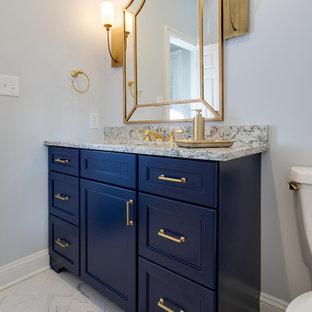 Idées déco pour un WC et toilettes classique de taille moyenne avec un placard avec porte à panneau encastré, des portes de placard bleues, un WC séparé, un mur bleu, un sol en carrelage de porcelaine, un lavabo encastré, un plan de toilette en quartz modifié et un sol blanc.