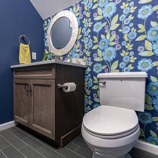 Cette photo montre un WC et toilettes chic de taille moyenne avec un placard à porte shaker, des portes de placard en bois clair, un WC séparé, un mur multicolore, un sol en ardoise, un lavabo encastré, un plan de toilette en quartz modifié, un plan de toilette blanc, meuble-lavabo encastré et un plafond voûté.