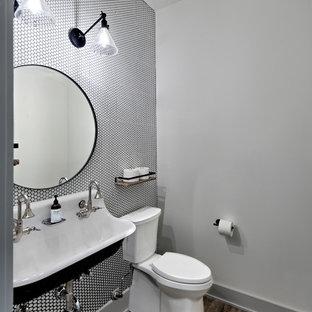 Стильный дизайн: маленький туалет в стиле современная классика с раздельным унитазом, черно-белой плиткой, керамической плиткой, серыми стенами, полом из ламината, раковиной с несколькими смесителями и коричневым полом - последний тренд