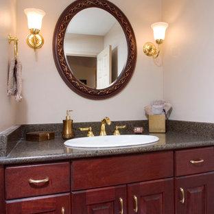 Свежая идея для дизайна: маленький туалет в классическом стиле с накладной раковиной, фасадами с выступающей филенкой, фасадами цвета дерева среднего тона, столешницей из гранита, раздельным унитазом, бежевыми стенами и паркетным полом среднего тона - отличное фото интерьера