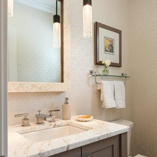 Mittelgroße Klassische Gästetoilette mit Unterbauwaschbecken, dunklen Holzschränken, Quarzit-Waschtisch, beiger Wandfarbe und Schrankfronten im Shaker-Stil in Boston