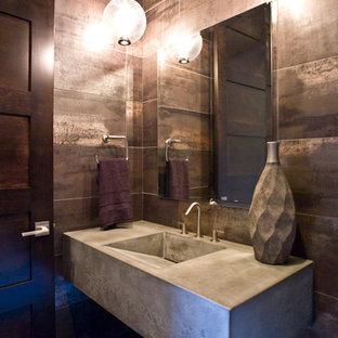 Modelo de aseo de estilo zen, pequeño, con armarios abiertos, puertas de armario grises, baldosas y/o azulejos marrones, baldosas y/o azulejos de metal, paredes multicolor, suelo de baldosas de porcelana, lavabo de seno grande, encimera de cemento y suelo gris