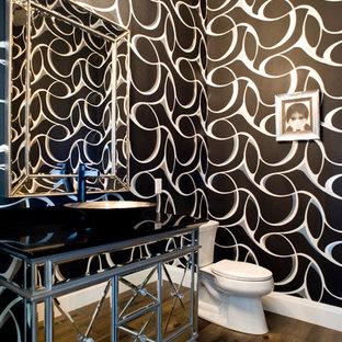 Стильный дизайн: туалет среднего размера в современном стиле с раздельным унитазом, разноцветными стенами, паркетным полом среднего тона, настольной раковиной, столешницей из искусственного кварца, коричневым полом и стеклянными фасадами - последний тренд