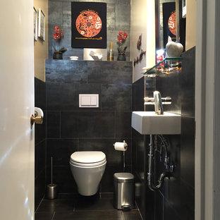 Неиссякаемый источник вдохновения для домашнего уюта: маленький туалет в стиле модернизм с инсталляцией, черной плиткой, каменной плиткой, полом из сланца и подвесной раковиной