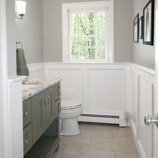 Пример оригинального дизайна: туалет среднего размера в классическом стиле с фасадами в стиле шейкер, зелеными фасадами, раздельным унитазом, серыми стенами, полом из керамогранита, врезной раковиной, столешницей из искусственного кварца и серым полом