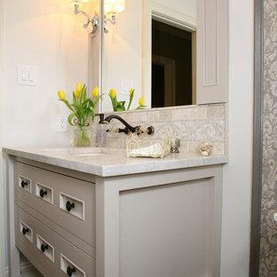 Große Klassische Gästetoilette mit verzierten Schränken, weißen Schränken, Wandtoilette mit Spülkasten, beiger Wandfarbe, Sperrholzboden, Unterbauwaschbecken und Marmor-Waschbecken/Waschtisch in Philadelphia