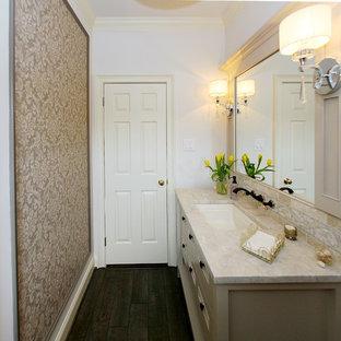 На фото: туалет среднего размера в стиле современная классика с фасадами островного типа, белыми фасадами, раздельным унитазом, бежевыми стенами, полом из фанеры, врезной раковиной, мраморной столешницей и бежевой столешницей