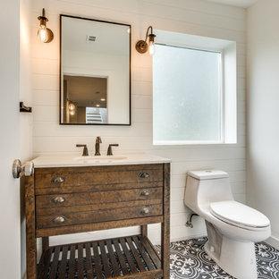 Свежая идея для дизайна: туалет среднего размера в стиле кантри с фасадами в стиле шейкер, коричневыми фасадами, унитазом-моноблоком, белыми стенами, полом из керамогранита, врезной раковиной, столешницей из искусственного кварца и серым полом - отличное фото интерьера