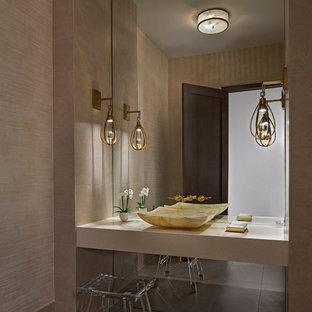 Стильный дизайн: туалет среднего размера в современном стиле с фасадами с филенкой типа жалюзи, инсталляцией, бежевой плиткой, керамической плиткой, бежевыми стенами, полом из керамогранита, настольной раковиной, столешницей из искусственного кварца и серым полом - последний тренд