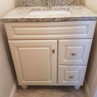 カルガリーの小さいトラディショナルスタイルのおしゃれなトイレ・洗面所 (レイズドパネル扉のキャビネット、黄色いキャビネット、グレーの壁、セラミックタイルの床、アンダーカウンター洗面器、グレーの床) の写真