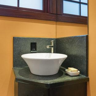 Стильный дизайн: маленький туалет в современном стиле с фасадами в стиле шейкер, темными деревянными фасадами, зеленой плиткой, плиткой из листового камня, желтыми стенами, настольной раковиной, столешницей из гранита и зеленой столешницей - последний тренд
