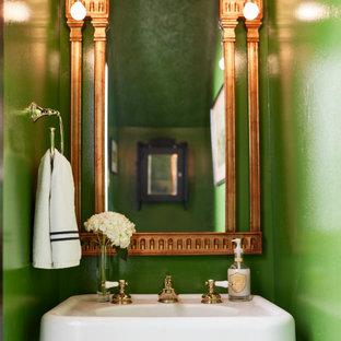 Aménagement d'un petit WC et toilettes classique avec un sol en marbre, un sol noir, des portes de placard blanches, un mur vert, un lavabo de ferme, meuble-lavabo sur pied et un plafond voûté.