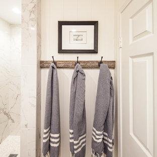 Kleine Maritime Gästetoilette mit Toilette mit Aufsatzspülkasten, weißen Fliesen, Porzellanfliesen, weißer Wandfarbe, dunklem Holzboden, Unterbauwaschbecken, Quarzwerkstein-Waschtisch und braunem Boden in Orange County