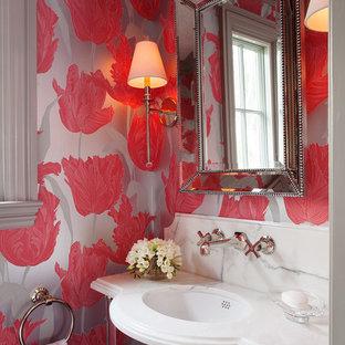 Идея дизайна: маленький туалет в стиле современная классика с врезной раковиной, разноцветными стенами и белой столешницей