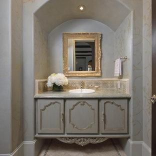 Foto di un bagno di servizio mediterraneo con lavabo da incasso, ante con riquadro incassato, ante grigie e piastrelle beige