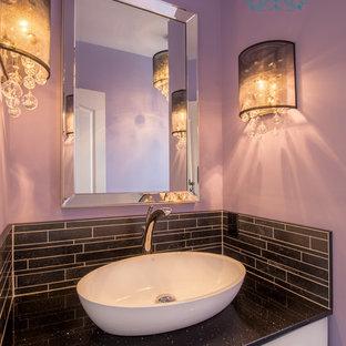 Réalisation d'un petit WC et toilettes design avec un placard à porte plane, des portes de placard blanches, un carrelage noir, des carreaux de céramique, un mur violet, un sol en carrelage de céramique, une vasque et un plan de toilette en quartz modifié.