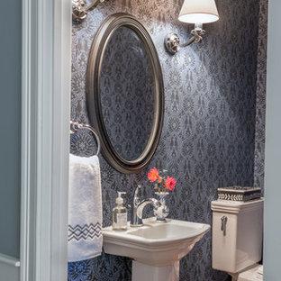 Réalisation d'un petit WC et toilettes tradition avec un mur violet, un sol en bois brun et un lavabo de ferme.
