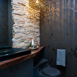 Пример оригинального дизайна: маленький туалет в стиле модернизм с унитазом-моноблоком, бежевой плиткой, серыми стенами, полом из галечной плитки, накладной раковиной и бежевым полом