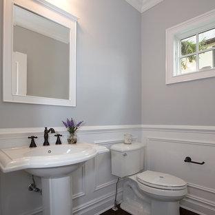Cette image montre un WC et toilettes design avec un mur gris, un sol en bois foncé et un lavabo de ferme.