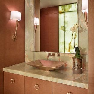 Moderne Gästetoilette mit flächenbündigen Schrankfronten, hellen Holzschränken und Aufsatzwaschbecken in Seattle