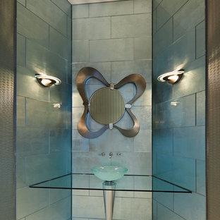 Exemple d'un WC et toilettes tendance avec une vasque et un carrelage bleu.