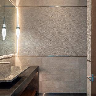 Cette photo montre un WC et toilettes méditerranéen de taille moyenne avec des portes de placard en bois sombre, un WC suspendu, des carreaux de porcelaine, un sol en marbre, une vasque, un plan de toilette en marbre, un sol noir, meuble-lavabo encastré et un plafond décaissé.