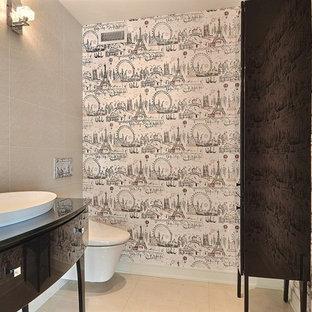 Réalisation d'un petit WC et toilettes victorien avec un placard en trompe-l'oeil, des portes de placard en bois sombre, un WC suspendu, un carrelage beige, des carreaux de céramique, un mur beige, un sol en carrelage de céramique, une vasque, un plan de toilette en bois et un sol beige.