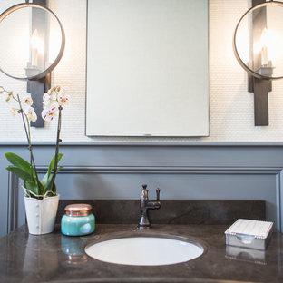 Неиссякаемый источник вдохновения для домашнего уюта: туалет среднего размера в стиле современная классика с искусственно-состаренными фасадами, унитазом-моноблоком, черно-белой плиткой, цементной плиткой, белыми стенами, полом из керамической плитки, врезной раковиной и мраморной столешницей
