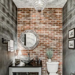 Стильный дизайн: большой туалет в морском стиле с открытыми фасадами, серыми фасадами, раздельным унитазом, коричневой плиткой, цементной плиткой, серыми стенами, настольной раковиной, столешницей из искусственного кварца, разноцветным полом и черной столешницей - последний тренд