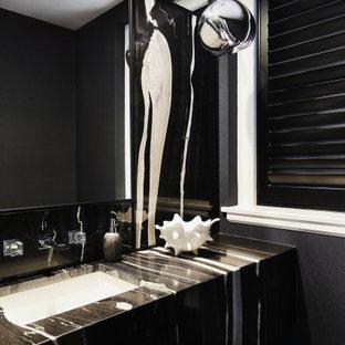 Foto di un bagno di servizio contemporaneo con pareti nere, lavabo sottopiano, pavimento nero e top multicolore