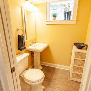 Aménagement d'un WC et toilettes classique avec un WC à poser, un mur jaune, un sol en linoléum, un lavabo de ferme et un sol beige.
