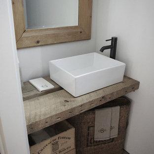 Landhausstil Gästetoilette mit Aufsatzwaschbecken in Los Angeles