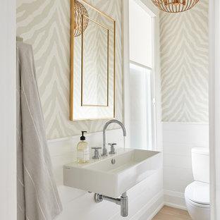 Immagine di un bagno di servizio classico con pareti beige, parquet chiaro, lavabo sospeso e pavimento beige
