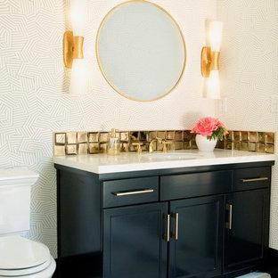 Foto di un bagno di servizio minimal di medie dimensioni con ante con riquadro incassato, ante nere, WC a due pezzi, piastrelle in metallo, pareti bianche, pavimento in marmo, lavabo sottopiano, top in marmo, pavimento multicolore e top bianco