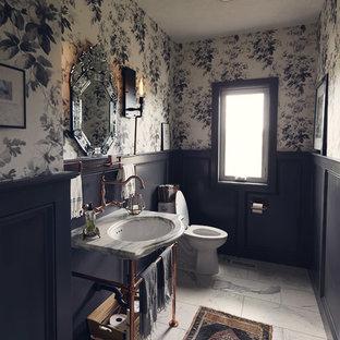 他の地域の小さいラスティックスタイルのおしゃれなトイレ・洗面所 (分離型トイレ、グレーの壁、ペデスタルシンク、白い床、白い洗面カウンター) の写真