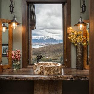 Cette image montre un WC et toilettes chalet avec une vasque, un plan de toilette en bois et un plan de toilette marron.