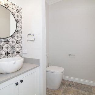 Idéer för att renovera ett litet vintage grå grått toalett, med skåp i shakerstil, vita skåp, svart och vit kakel, porslinskakel, vita väggar, terrazzogolv, ett fristående handfat, bänkskiva i kvarts och flerfärgat golv
