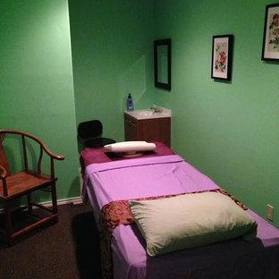 На фото: со средним бюджетом туалеты среднего размера в восточном стиле с зелеными стенами, подвесной раковиной и коричневым полом