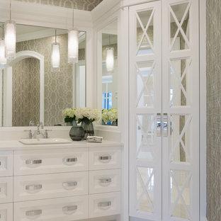 Свежая идея для дизайна: туалет среднего размера в средиземноморском стиле с стеклянными фасадами, белыми фасадами, разноцветными стенами, накладной раковиной, столешницей из кварцита, белым полом, белой столешницей и полом из керамической плитки - отличное фото интерьера