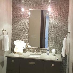 Пример оригинального дизайна: туалет среднего размера в современном стиле с плоскими фасадами, серыми фасадами, серой плиткой, плиткой мозаикой, белыми стенами, полом из керамогранита, раковиной с несколькими смесителями, столешницей из гранита и бежевым полом