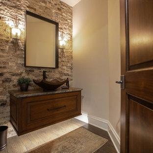 Неиссякаемый источник вдохновения для домашнего уюта: туалет среднего размера в стиле современная классика с фасадами с выступающей филенкой, фасадами цвета дерева среднего тона, разноцветной плиткой, каменной плиткой, бежевыми стенами, настольной раковиной, столешницей из кварцита, коричневым полом и коричневой столешницей