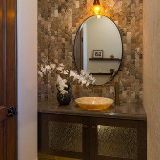 Свежая идея для дизайна: маленький туалет в средиземноморском стиле с стеклянными фасадами, темными деревянными фасадами, бежевой плиткой, каменной плиткой, разноцветными стенами, полом из известняка, настольной раковиной, мраморной столешницей и бежевым полом - отличное фото интерьера
