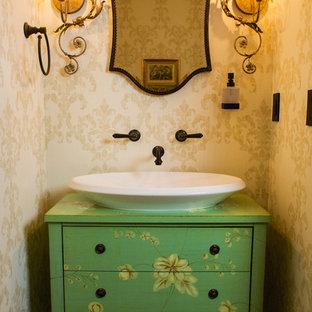 На фото: маленький туалет в стиле современная классика с фасадами островного типа, зелеными фасадами, раздельным унитазом, бежевыми стенами, темным паркетным полом, столешницей из дерева и зеленой столешницей с