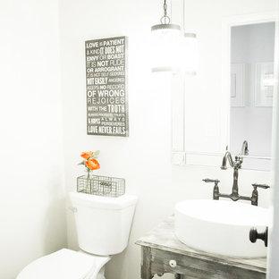 Ejemplo de aseo romántico con paredes grises, lavabo sobreencimera, sanitario de una pieza y suelo marrón