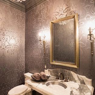 Идея дизайна: туалет в викторианском стиле с врезной раковиной и раздельным унитазом